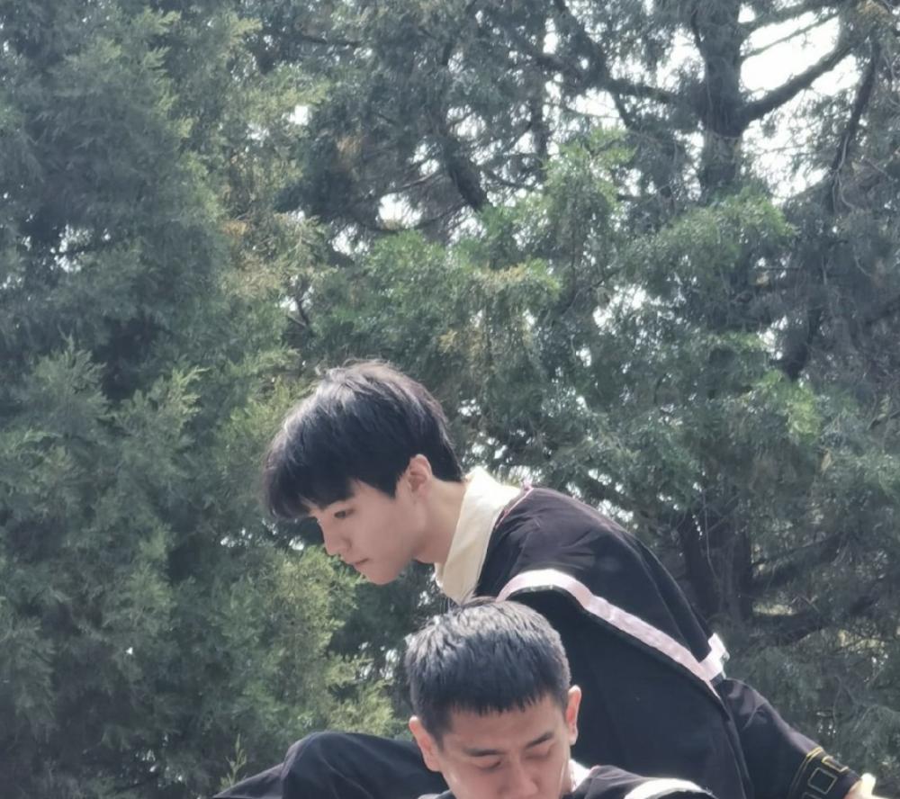 王俊凯拍毕业照稳居C位,在北电金字塔上扔学士帽,下滑离开遭幽默调侃