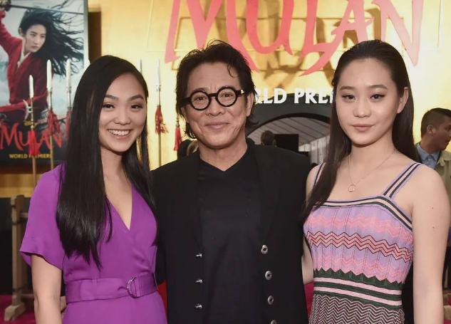 李连杰近况曝光,携俩女儿出席宣传活动,57岁的他脸上皱纹明显